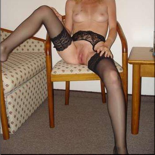Belle femme sur Le Port appréciant la pipe